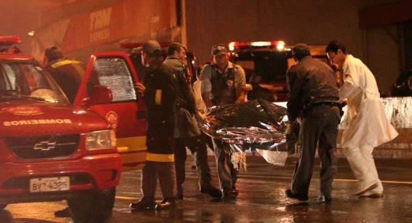 17.jul.2007 - Equipes de resgate levam os corpos do local; bombeiros contabilizam 14 mortos