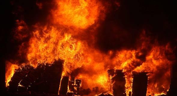 17.jul.2007 - Incêndio consome depósito da TAM