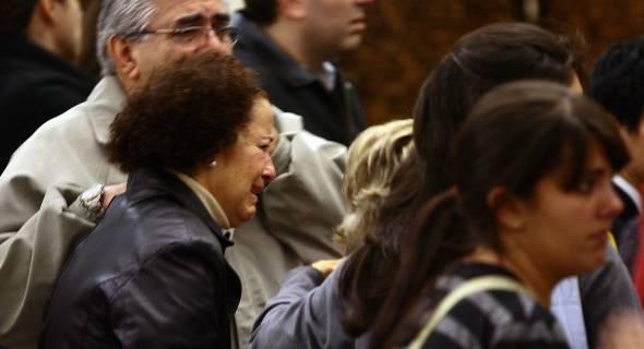 18.jul.2007 - Parentes das vítimas choram após escutar nomes das pessoas que estavam a bordo