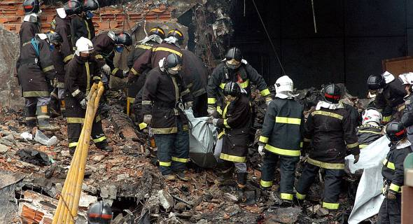 18.jul.2007 - Bombeiros resgatam corpos no local na manhã desta quarta