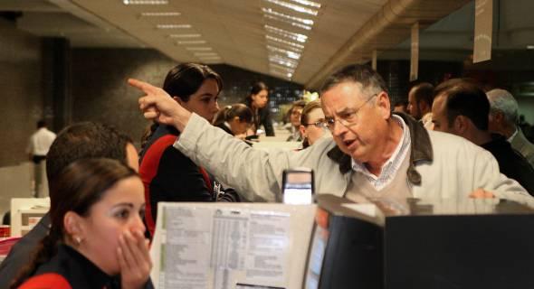 18.jul.2007 - Parentes das vítimas buscam informações no Aeroporto Salgado Filho, em Porto Alegre