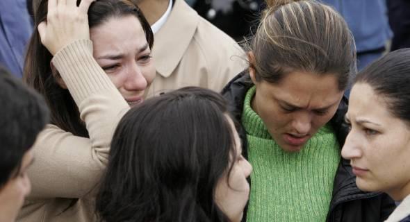 18.jul.2007 - Mulheres choram próximo ao local do acidente