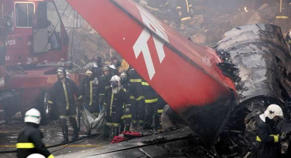 18.jul.2007 - Bombeiros retiram vítimas do local na manhã desta quarta