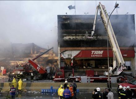 18.jul.2007 - Bombeiros trabalham no local na manhã desta quarta