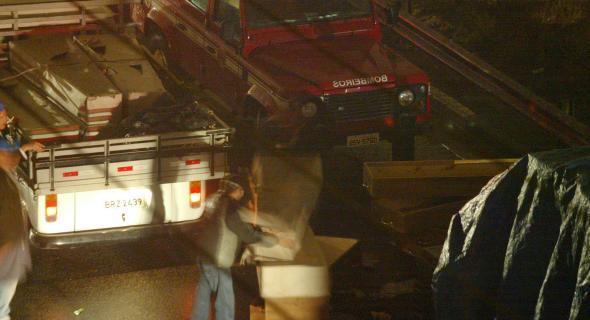 18.jul.2007 - Caixões chegam ao local do acidente, na madrugada, para o transporte das vítimas