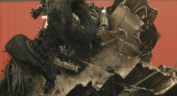 18.jul.2007 - Destroços do trem de pouso do avião destruído