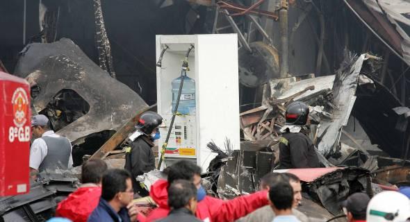 18.jul.2007 - Bombeiros trabalham no que sobrou do depósito da TAM