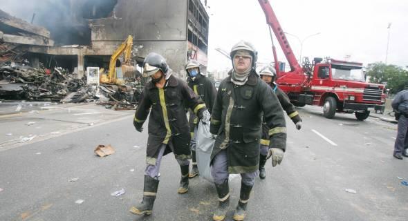 18.jul.2007 - Bombeiros retiram corpo do local do acidente