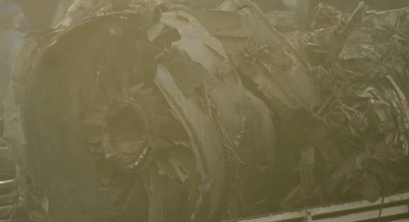 18.jul.2007 - Detalhe do que sobrou de uma das turbinas do avião acidentado