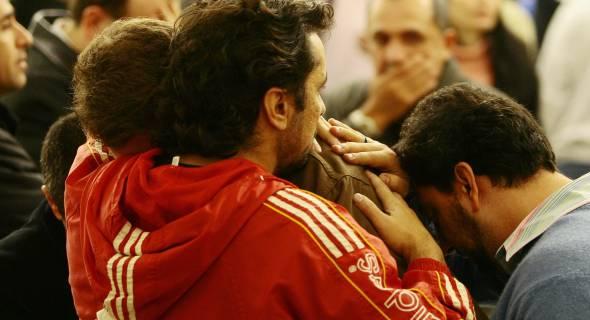 18.jul.07 - Parentes das vítimas choram após escutar nomes das pessoas que estavam a bordo