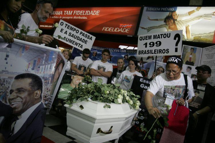 17.jul.2008 - Familiares das vítimas fazem protesto em frente ao guichê da TAM em Congonhas