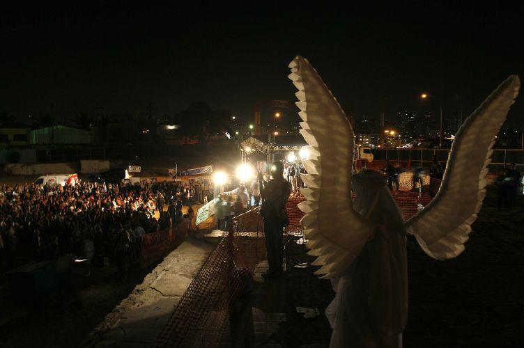 17.jul.2008 - Familiares das vítimas fazem um minuto de silêncio durante ato ecumênico no local do acidente