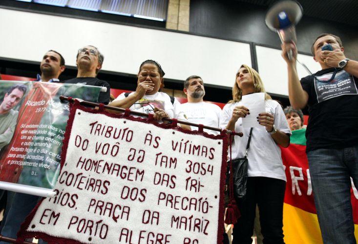 17.jul.2009 - Parentes das vítimas do voo 3054 da TAM fazem ato ecumênico no saguão do aeroporto de Congonhas, em São Paulo