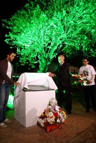 17.jul.2009 - Parentes das vítimas do voo 3054 da TAM fazem missa no local onde o avião sofreu um acidente há dois anos, na zona sul de São Paulo. Uma placa em memória às vítimas foi inaugurada sob a árvore que resistiu à tragédia