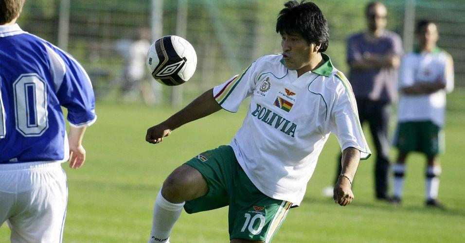 Evo Morales em partida de futebol