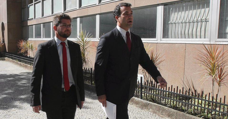 7.julho.2010 O advogado do goleiro Bruno, do Flamengo, Michel Assef Filho (d), chega ao Tribunal de Justiça do Rio de Janeiro para tomar conhecimento oficialmente do mandado de prisão já expedido contra o goleiro