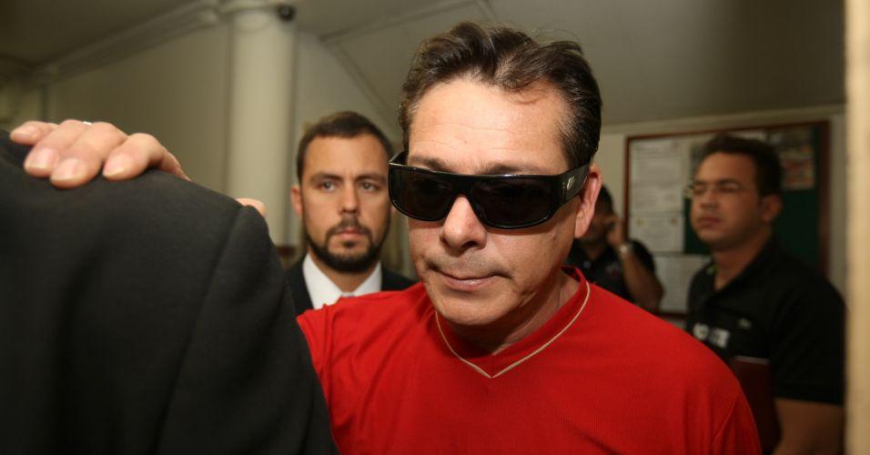 Luiz Carlos Samudio, pai de Eliza Samudio, deixa a delegacia em Belo Horizonte (MG) depois de perder a guarda provisória de seu neto para Sônia Moura, sua ex-mulher
