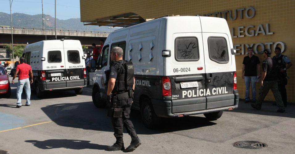 Goleiro Bruno e seu amigo Luiz Henrique Romão, o Macarrão, chegam ao IML (Instituto Médico Legal) para fazer exame de corpo de delito antes de seguirem ao presídio Bangu 2