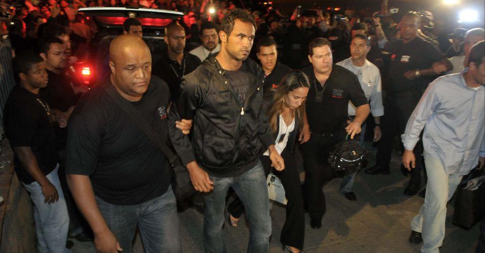O goleiro Bruno chega ao Departamento de Investigações de Belo Horizonte, em Minas Gerais, na noite desta quinta-feira. Sob gritos de