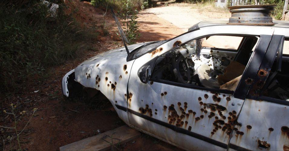 Carro perfurado por balas é encontrado no sítio do ex-policial civil Marcos Aparecido dos Santos, acusado de ter matado a ex-amante do goleiro Bruno, Eliza Samudio. Local seria usado para a prática de tiro ao alvo