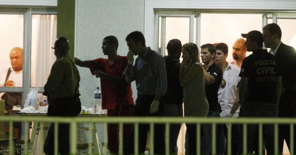 Policiais do Departamento de Investigações (DI) de Homicídios de Minas Gerais voltaram a realizar buscas ao corpo de Eliza Samudio no sítio do goleiro Bruno Souza, em Esmeraldas, região metropolitana de Belo Horizonte. Os trabalhos começaram ontem (13), e só terminaram na madrugada desta quarta-feira (14). Sérgio Rosa Sales Camelo (uniforme vermelho), primo de Bruno que também está preso por suposto envolvimento no crime, acompanhou a polícia ao local