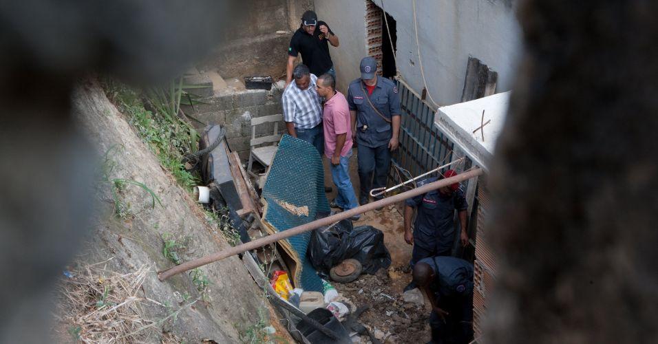 Policiais fazem buscas na casa do ex-policial Marcos Aparecido dos Santos, o Bola ou Paulista, suspeito de ter matado Eliza Samudio