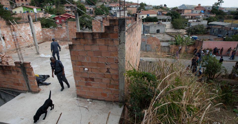 Cachorros são usados para procurar o local onde o corpo de Eliza Samudio poderia estar enterrado na casa do ex-policial Marcos Aparecido dos Santos, o Bola ou Paulista