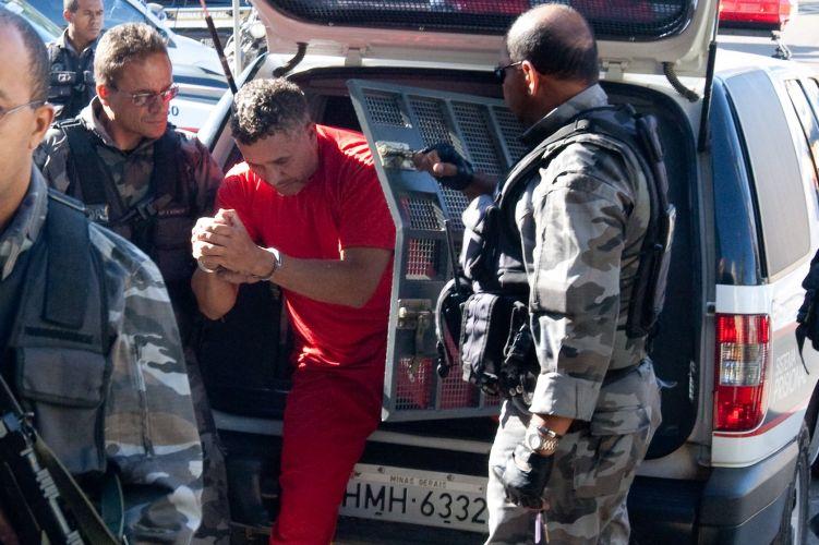 Marcos Aparecido dos Santos, o Bola, chega ao Departamento de Investigações de Belo Horizonte onde presta novo depoimento à Polícia de Minas Gerais sobre o desaparecimento de Eliza Samudio, ex-namorada do goleiro Bruno