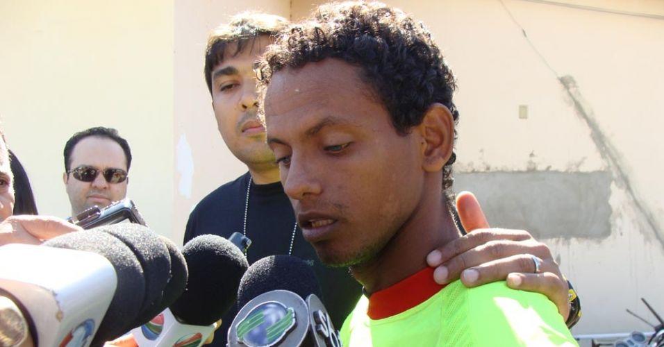 Ao ser preso por tentativa de estupro e cárcere privado, o gari Rodrigo Fernandes das Dores de Souza, 23, usou a mesma frase do irmão, o goleiro Bruno, que está com contrato suspenso com o Flamengo:
