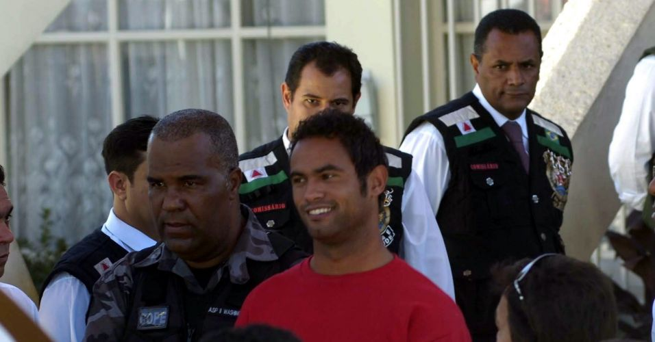 O goleiro Bruno sorri na saída da audiência realizada no Juizado da Infância e Juventude de Contagem, região metropolitana de Belo Horizonte, onde é recebido pela população com vaias e aplausos. O goleiro permaneceu por apenas vinte minutos no juizado, onde chegou às 13h30 recebido com gritos de