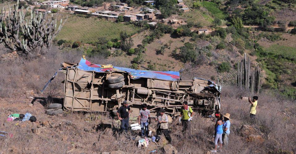 Ônibus cai em barranco e mata 22 no Peru