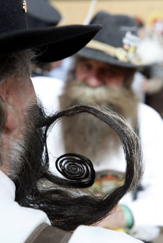 Participantes aguardam incio do Campeonato Europeu de Barba e Bigode, realizado em Leogang, na ustria, no ltimo final de semana. Cerca de 120 homens de oito pases disputaram os ttulos em 17 excntricas categorias -- de 