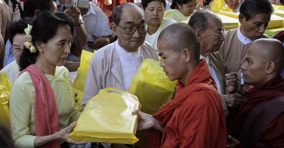 Líder de Mianmar presenteia monges budistas