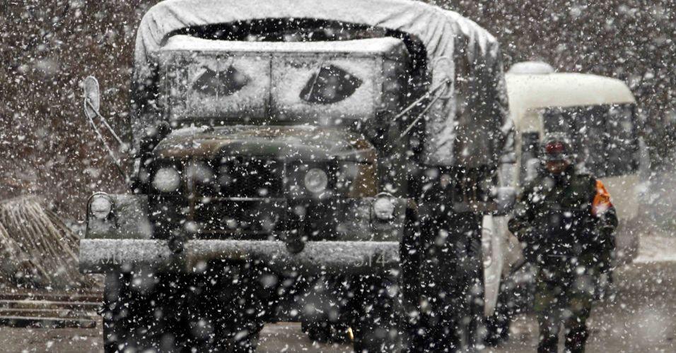 Soldados sul-coreanos sob a neve