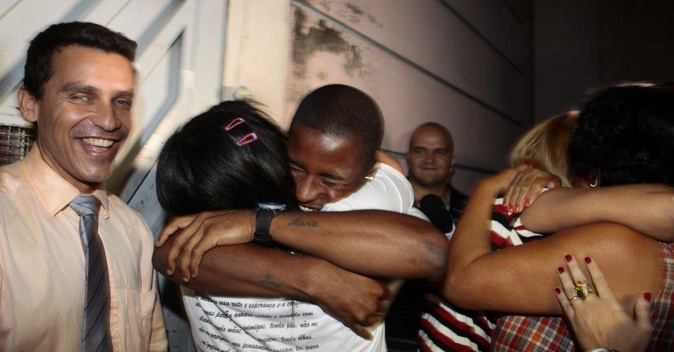 Quatro acusados de envolvimento no sequestro de Eliza Samudio, ex-amante do goleiro Bruno Souza, foram soltos na madrugada deste sábado. Eles responderão ao processo em liberdade. Na imagem, Dayanne de Souza, ex-mulher de Bruno, abraça o irmão após deixar a prisão