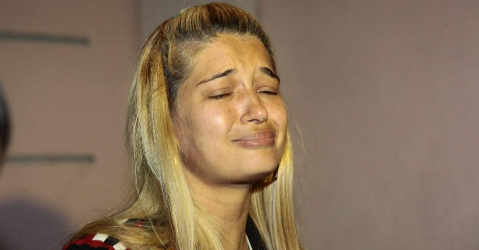 Quatro acusados de envolvimento no sequestro de Eliza Samudio, ex-amante do goleiro Bruno Souza, foram soltos na madrugada deste sábado. Eles responderão ao processo em liberdade. Na imagem, Fernanda Gomes de Castro, ex-namorada de Bruno, chora após deixar a prisão