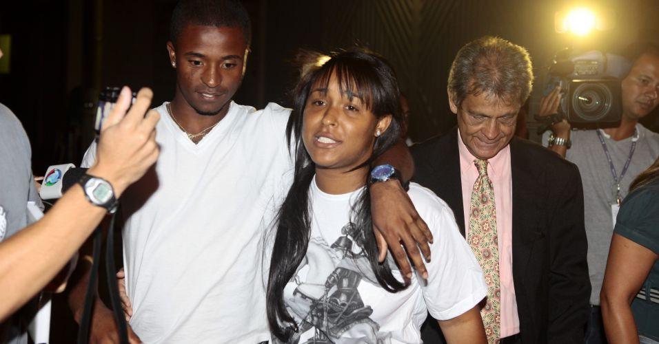 Quatro acusados de envolvimento no sequestro de Eliza Samudio, ex-amante do goleiro Bruno Souza, foram soltos na madrugada deste sábado. Eles responderão ao processo em liberdade. Na imagem, Dayanne de Souza, ex-mulher de Bruno, com o irmão após deixar a prisão