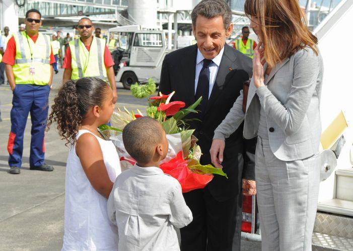 O presidente francês, Nicolas Sarkozy, e a primeira-dama, Carla Bruni, chegam a Guadalupe, departamento de Ultramar da França na América Central