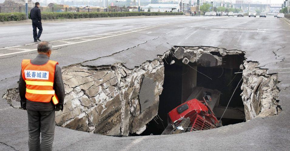 Resultado de imagem para cratera engole cidade, china