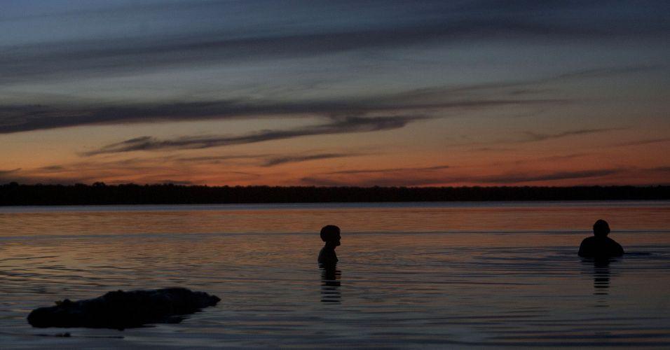 Índios nadam no Rio Xingu