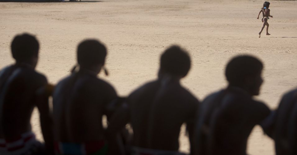 Índios assistem huka huka