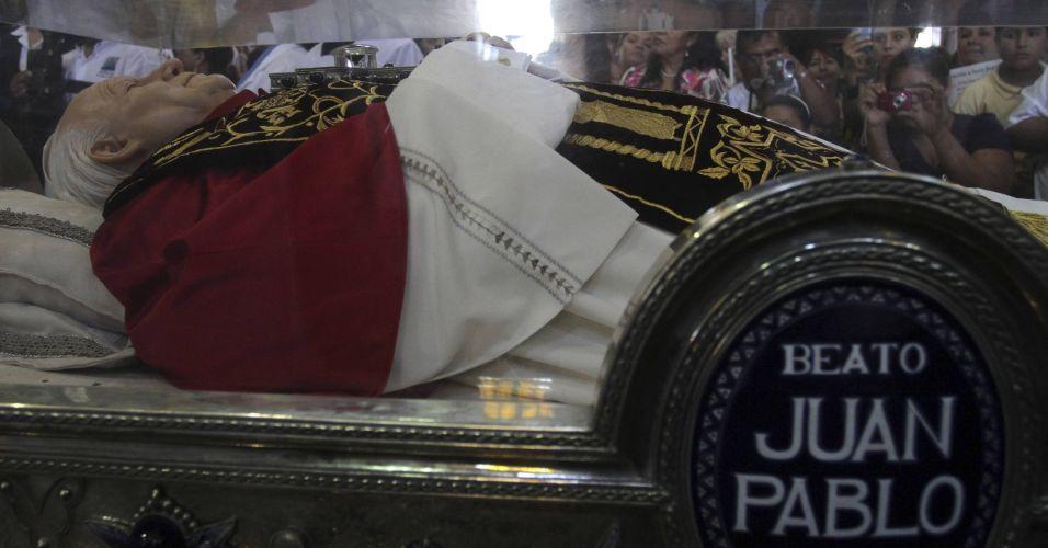 IMAGEM DA BESTA? Estátua de João Paulo II e seu sangue são expostos para ADORAÇÃO