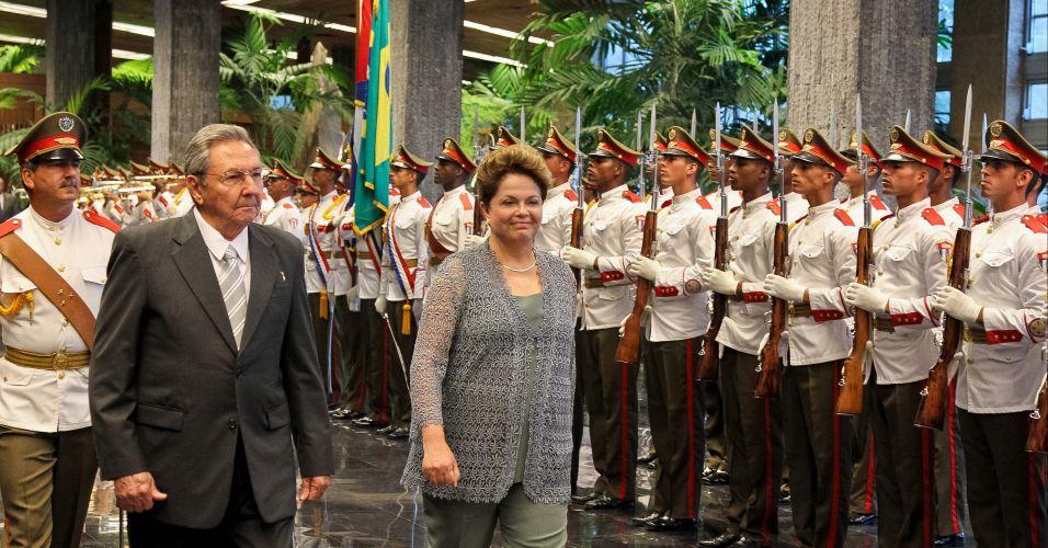 31.jan.2012 - Dilma participa de cerimônia oficial de chegada a Cuba ao lado do presidente Raúl Castro, em Havana