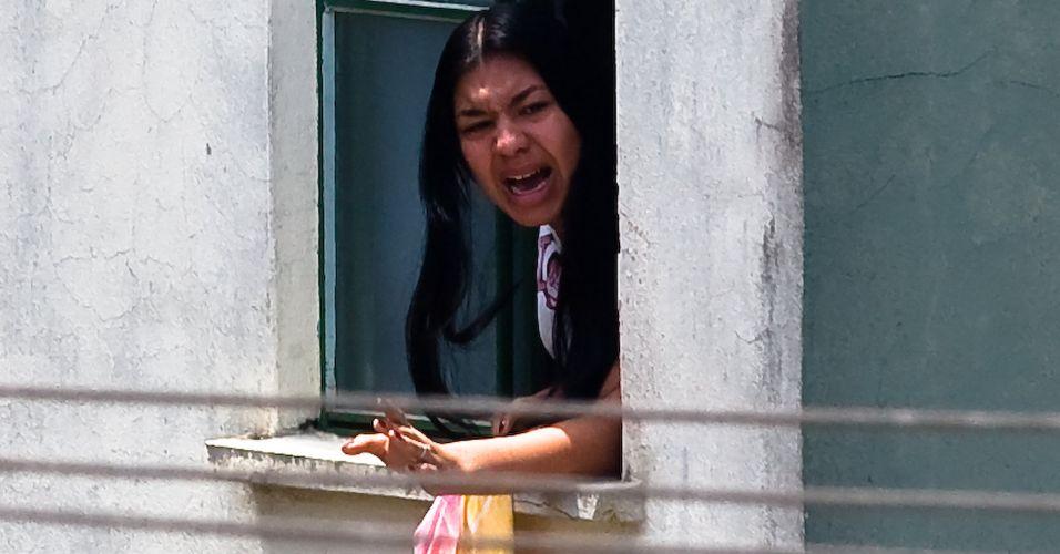 Eloá aparece em janela durante sequestro