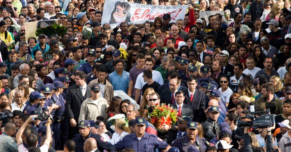 Multidão acompanha enterro