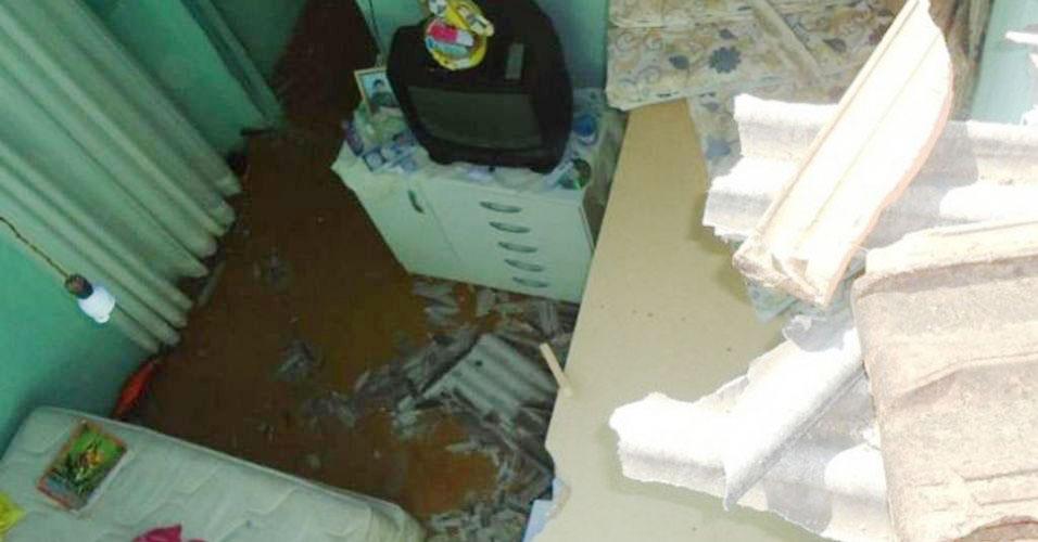 Vaca cai dentro de casa em MG