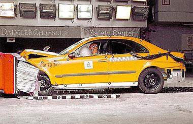 Airbag em ação durante crash test de um veículo Mercedes-Benz