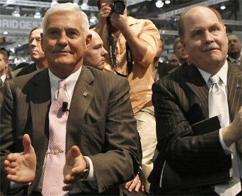 Bob Lutz (esq.) e Fritz Henderson, chefões da GM,aplaudem carro da filial Opel em Genebra