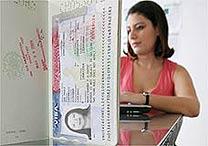 Brasileira prepara documentos para estudar fora do país