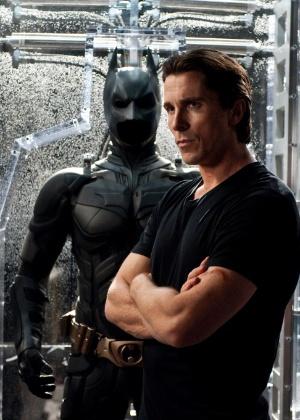 """Christian Bale diante do uniforme do Batman em """"O Cavaleiro das Trevas Ressurge"""", de 2012 - Divulgação"""